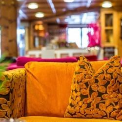 bunte Farben & bunte Leute - hier im eva,VILLAGE trifft sich jedermann gern! Legendär ist die seit jeher bekannte Bar im eva,VILLAGE Hotel in Saalbach
