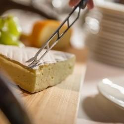 Käse, Aufschnitt & vegetarische Auswahl - was will das Frühstücks-Herz mehr? Auf Wunsch bekommt man auch weitere Speisen direkt frisch zubereitet aus der eva,VILLAGE Hotel-Küche
