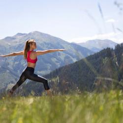 kostenlose Wanderungen & Yoga-Sessions eva,VILLAGE in Saalbach bietet hauseigene Angebote fürs Wandern oder Yoga.