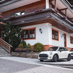 An der Rezeption MINI mieten  - vorm Hotel in Saalbach starten! Im Sommer parkt der MINI meist gleich neben dem Hotel - ready to go!